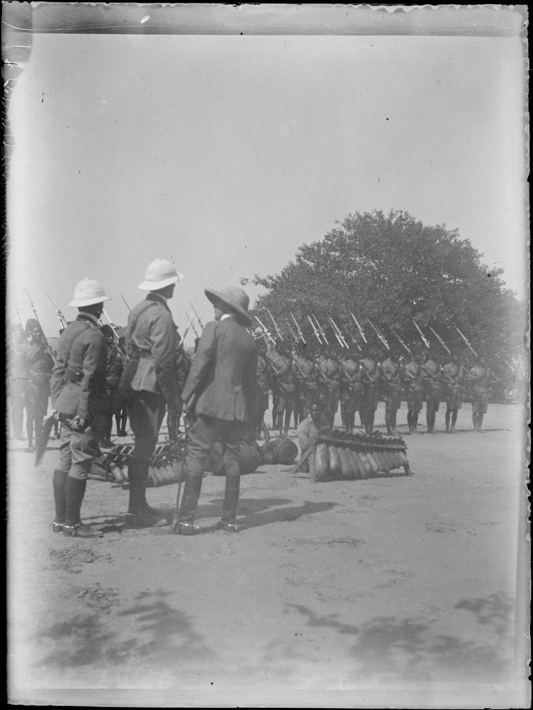 Enterrement du Litunga Lewanika : soldats indigènes sous commandement britannique et missionnaires
