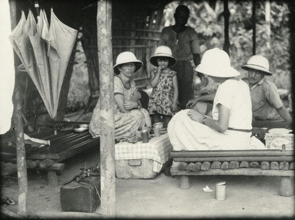 Etape de midi, voyez les lits indigènes sur lesquels nous sommes assis, au fond notre cuisinier Samuel
