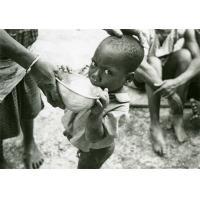 Fabien, le cadet des enfants lépreux, boit des sulfones