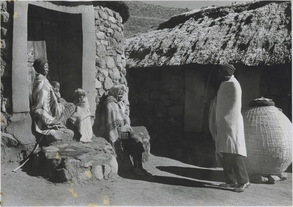 Famille Mossouto à l'entrée de sa hutte