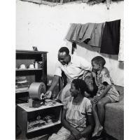 Famille écoutant la radio de Lusaka