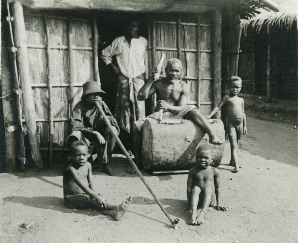 Famille indigène devant sa case