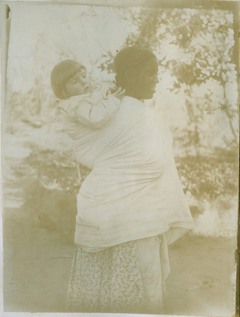 [Femme Malgache avec un bébé]