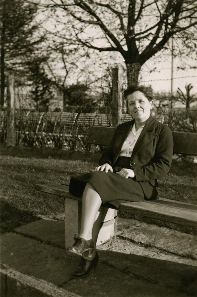 [Femme assises sur un banc]