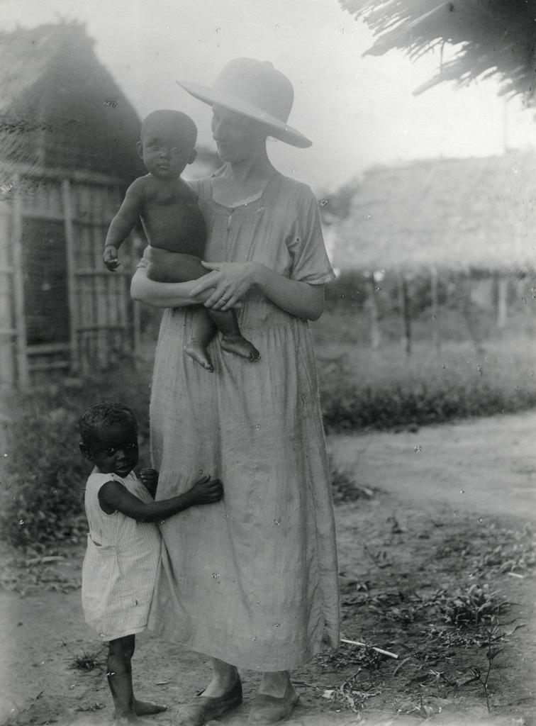 [Femme avec enfants]