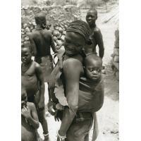 Femme avec son enfant (dans les montagnes en arrière de Maroua)