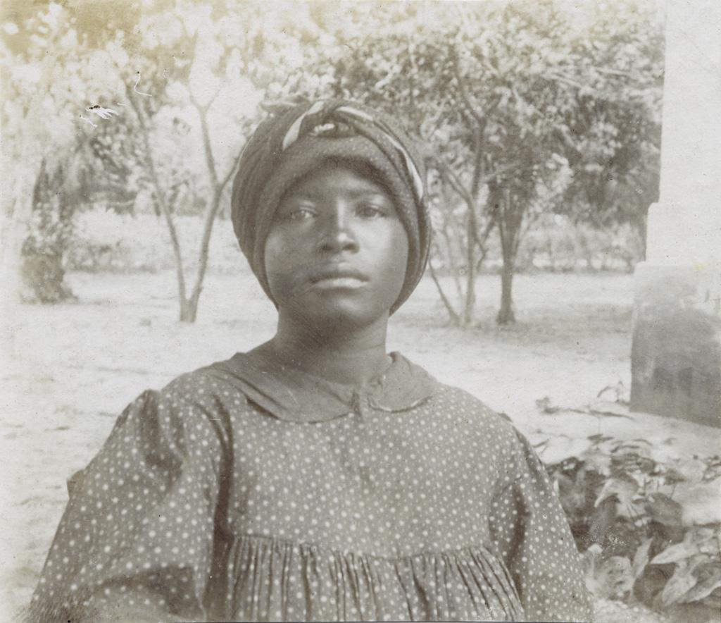 Femme de Din Akwa (race Douala)