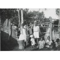 Femme de l'ethnie Shangaan (ou Tsonga) pilant le maïs, Johannesburg