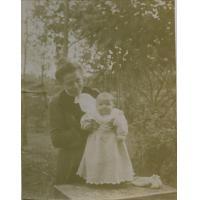 [Femme de missionnaire avec un bébé]