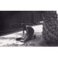 Femme écrasant du maïs Foumban