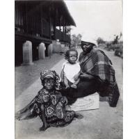 Femme élevant un orphelin