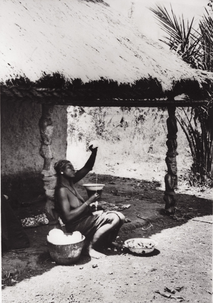 Femme filant le coton à Foumban