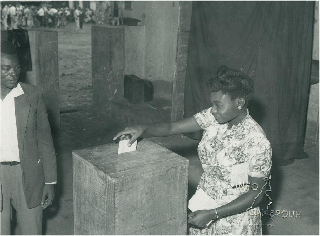 [Femme votant]