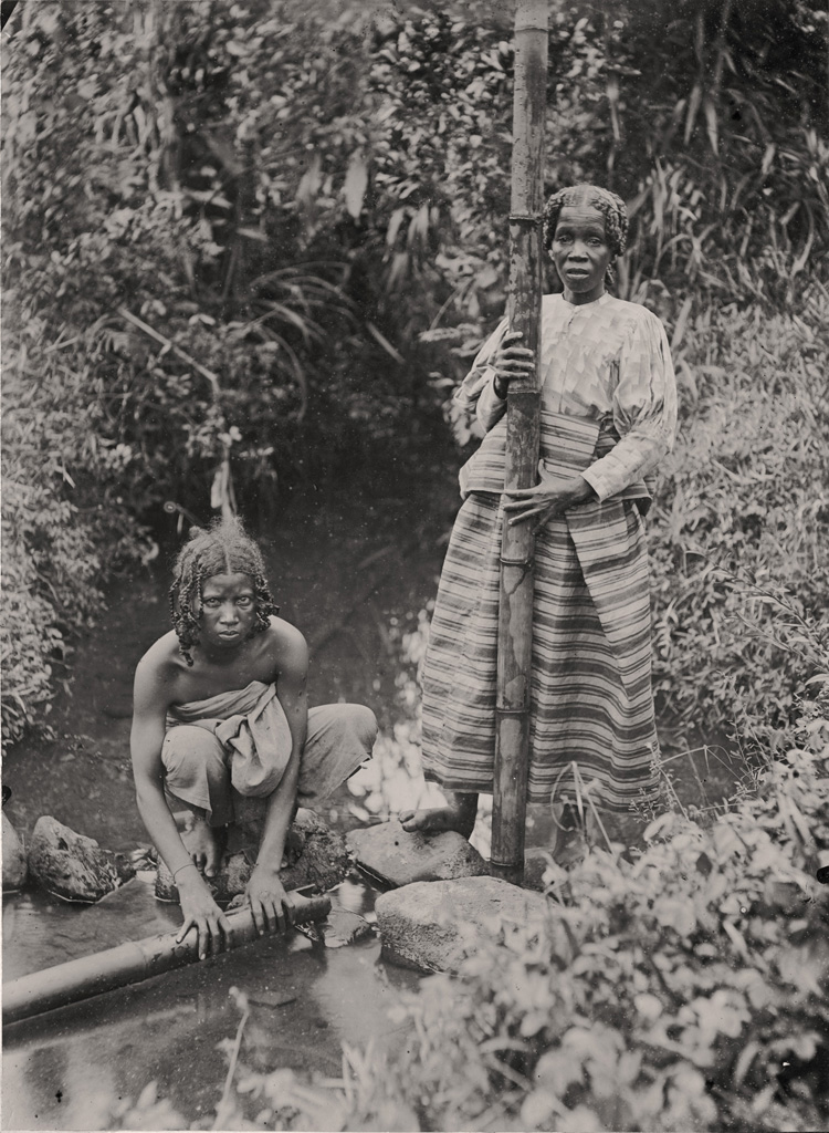 Femmes Betsimisarakas puisant de l'eau