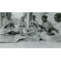 Femmes à l'école pastorale tricotant