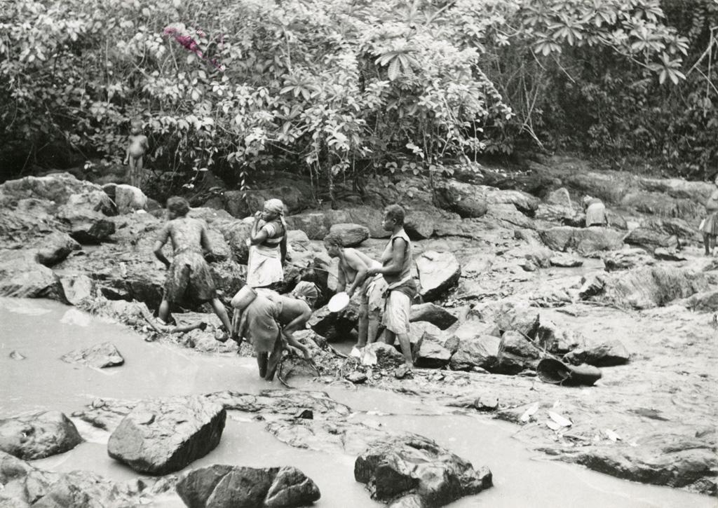 Femmes à la pêche dans les rapides de la Mvun à Ovan