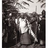 Femmes bamoun avec bâtons