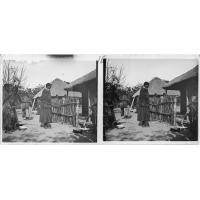Femmes devant la maison du missionnaire Dieterlen