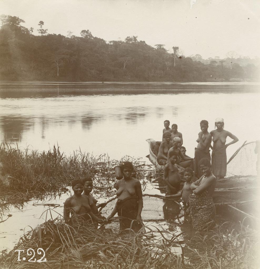 Femmes pahouines à la pêche