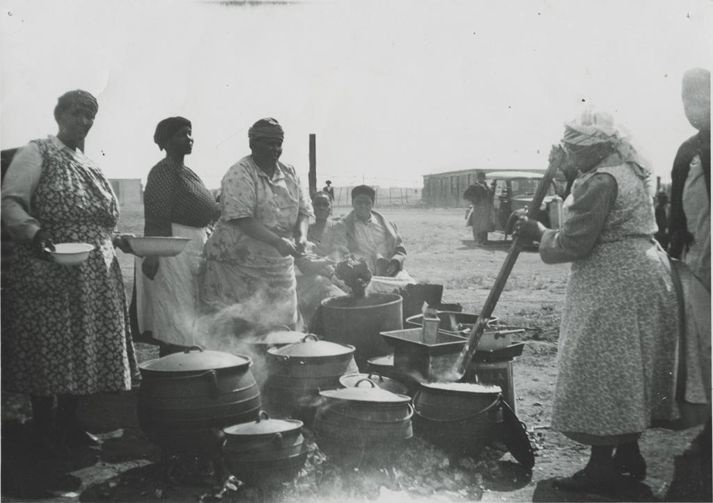 Femmes préparant la nourriture pour une fête d'Eglise