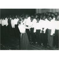 Fêtes de l'indépendance du Cameroun. Les élèves de l'Ecole Normale de Foulassi chantent l'hymne national