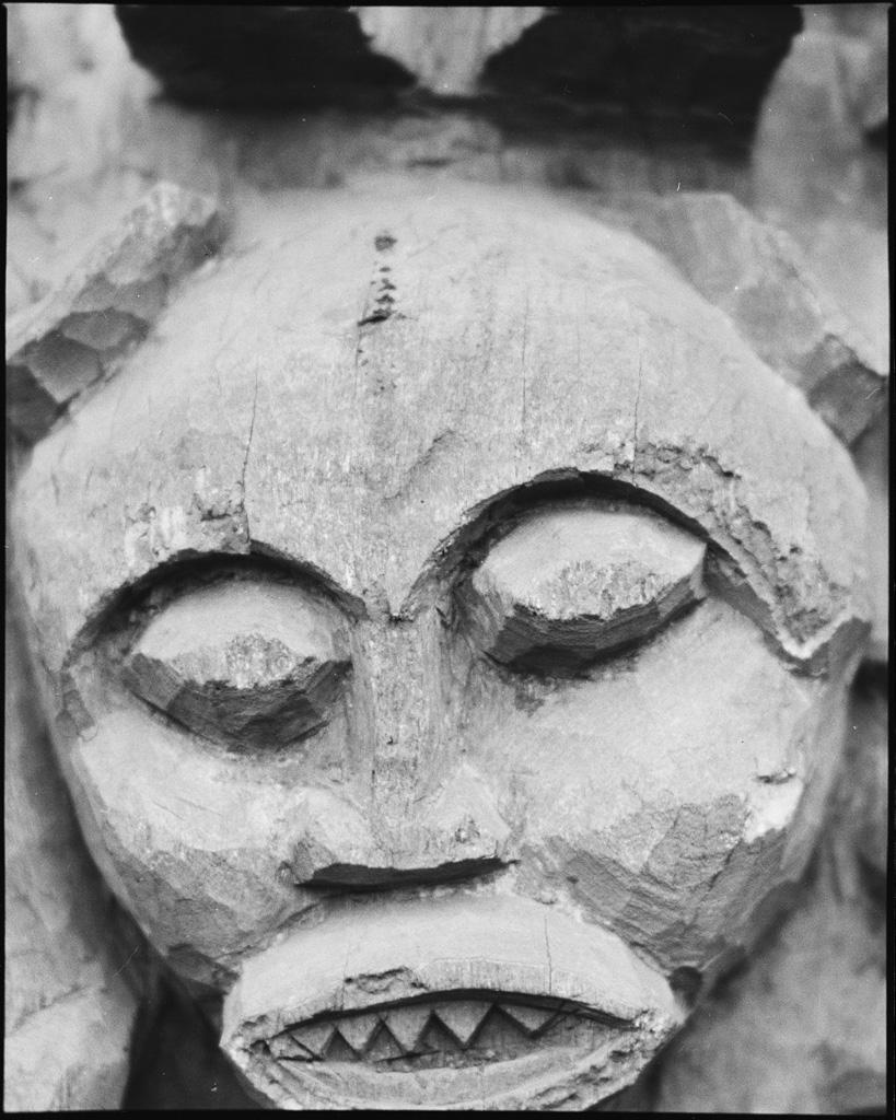Figure en bas-relief, détail de la porte de Bayangam