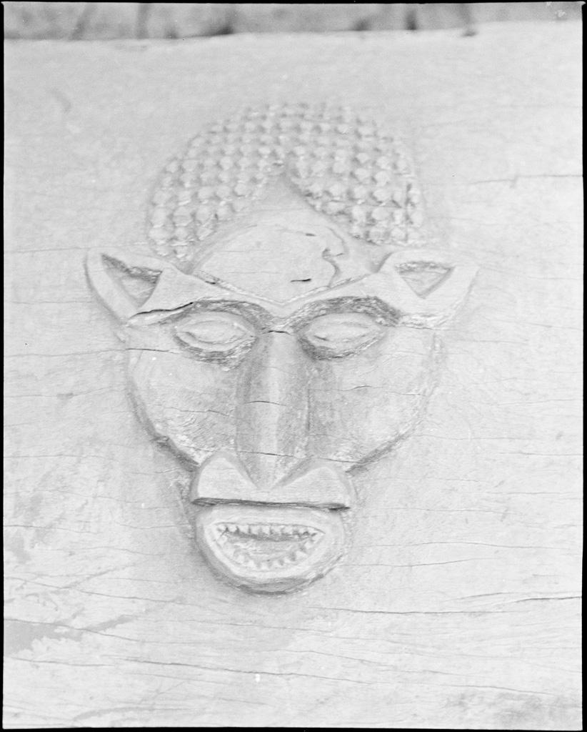 Figure sculptée en de bas relief sur un tambour de chef