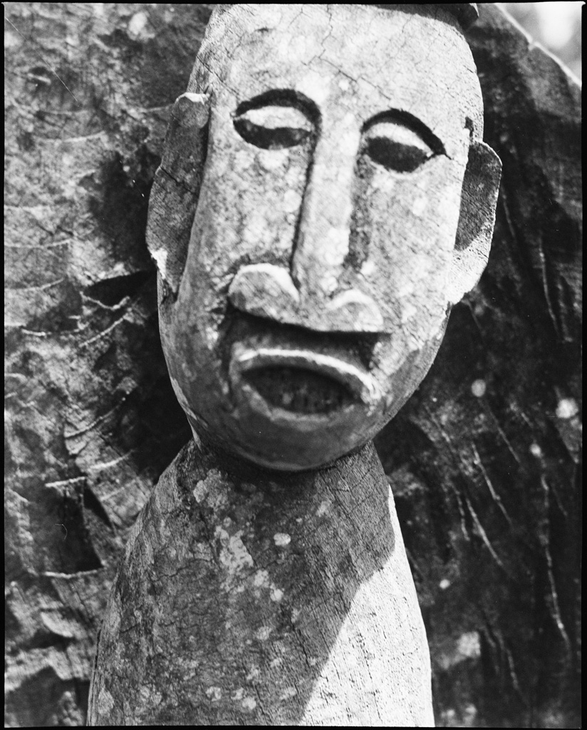 Figure sculptée sur un tambour de chefferie