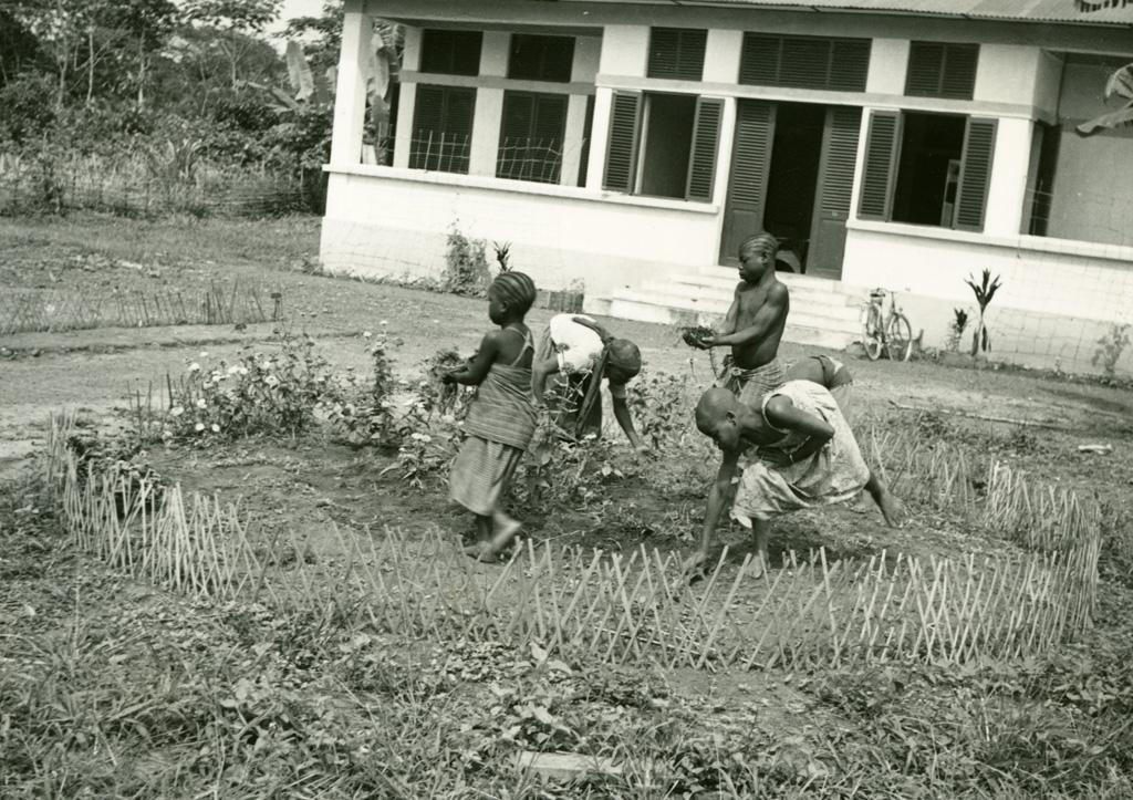 Fillettes lépreuses au jardinage