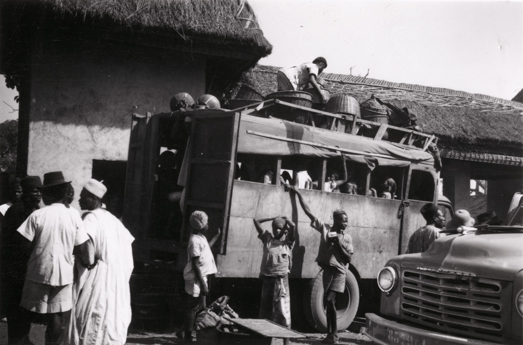 Foumban, autobus indigènes sur la place du marché