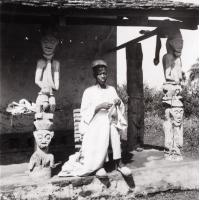Foumban : un brodeur devant sa case