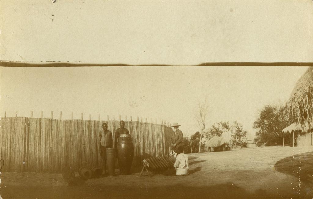 [François Coillard avec des musiciens. Le Zambèze à l'arrière-plan]