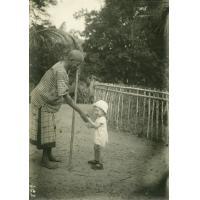 Gabonais avec un enfant de missionnaire