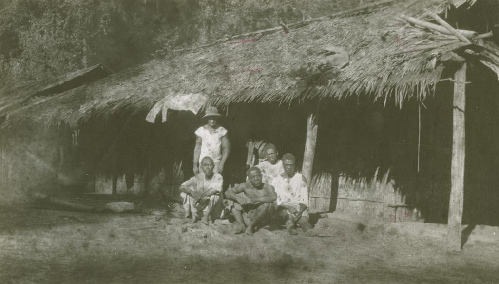 Gabonais devant une maison