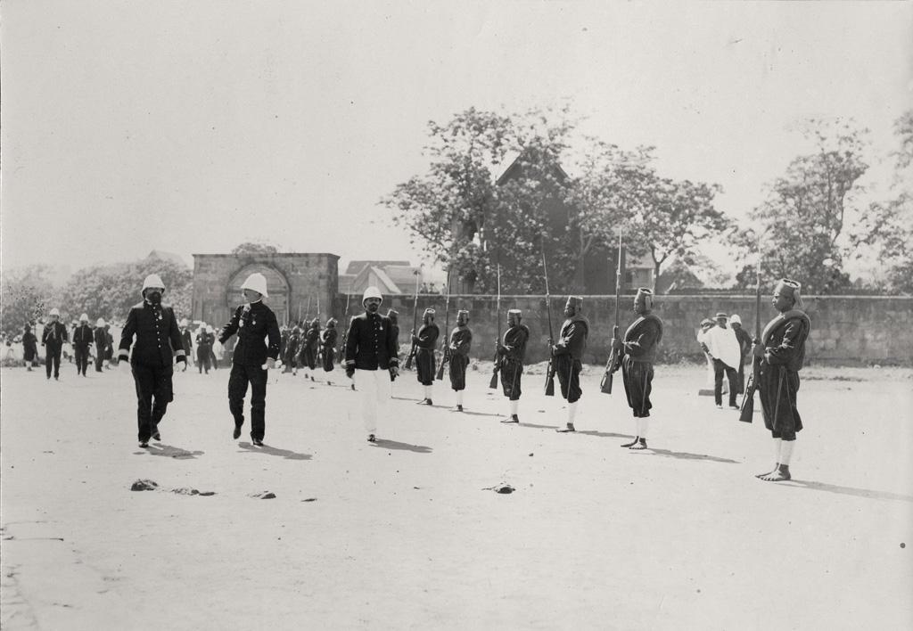 Général Galliéni lors du transfert du corps de Rainilaiarivony / non identifié (1900/1905)