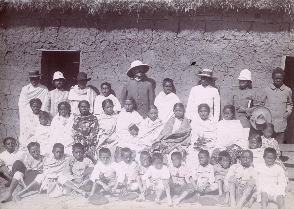 Groupe avec un missionnaire