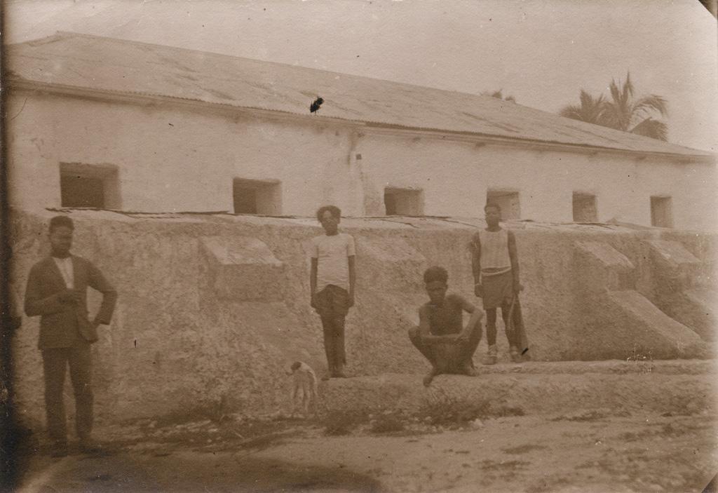 Groupe dans la grande citerne à Cila, le temple à l'arrière-plan