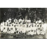 Groupe de 'Mpianatry ny Tompo' dans le jardin de la station à Tamatave