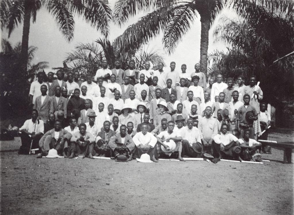 Groupe de catéchistes et évangélistes réunis pour un consistoire, à Yabassi