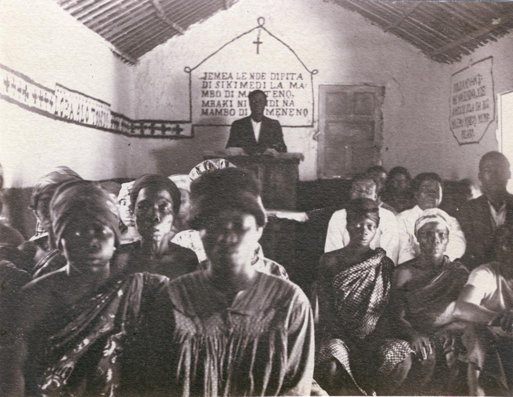 Groupe de chrétiens au moment de l'inauguration de l'église de Bonabe