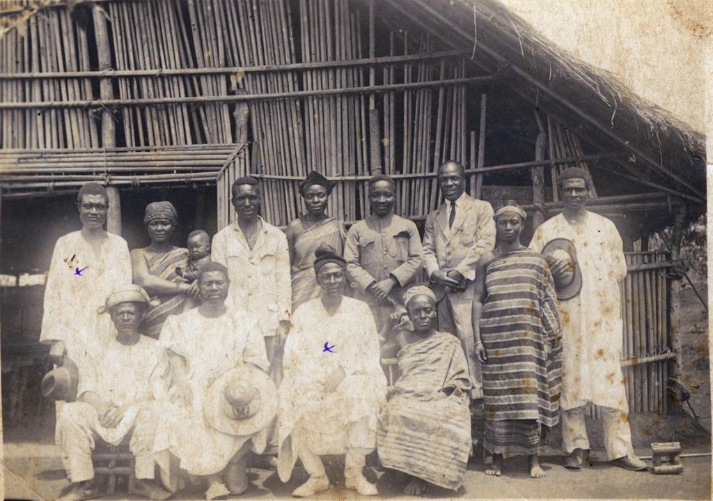 Groupe de chrétiens devant l'église / non identifié (1924)