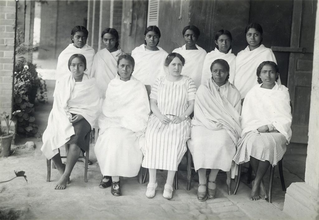 Groupe de jeunes filles autour de leur institutrice missionnaire