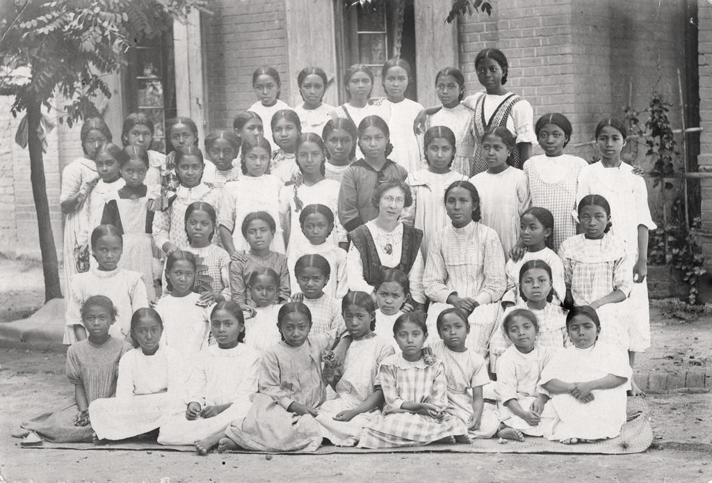 [Groupe de jeunes filles avec une missionnaire]