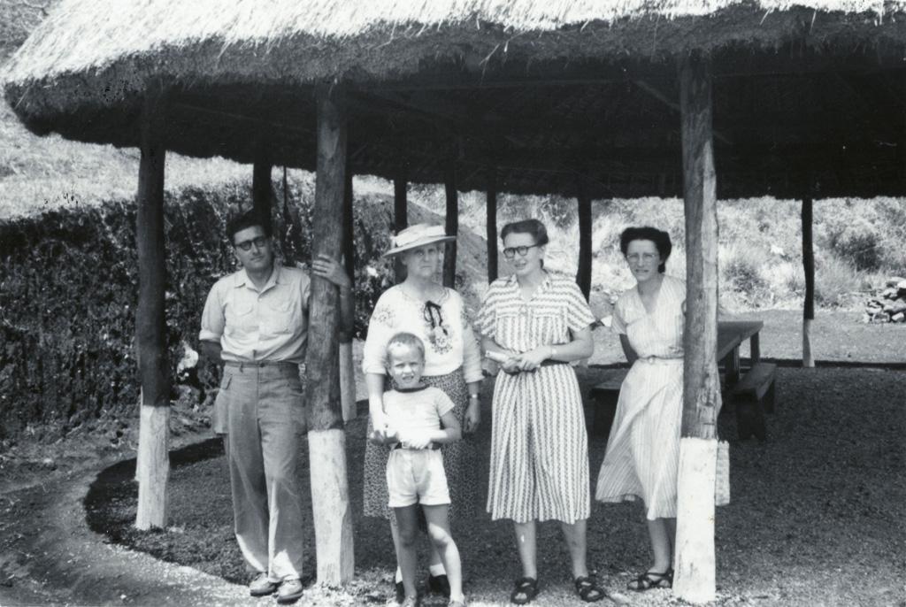 Groupe de missionnaires à Do Neva : M. et Mme Charlemagne, Melle Pittet / Raymond Charlemagne