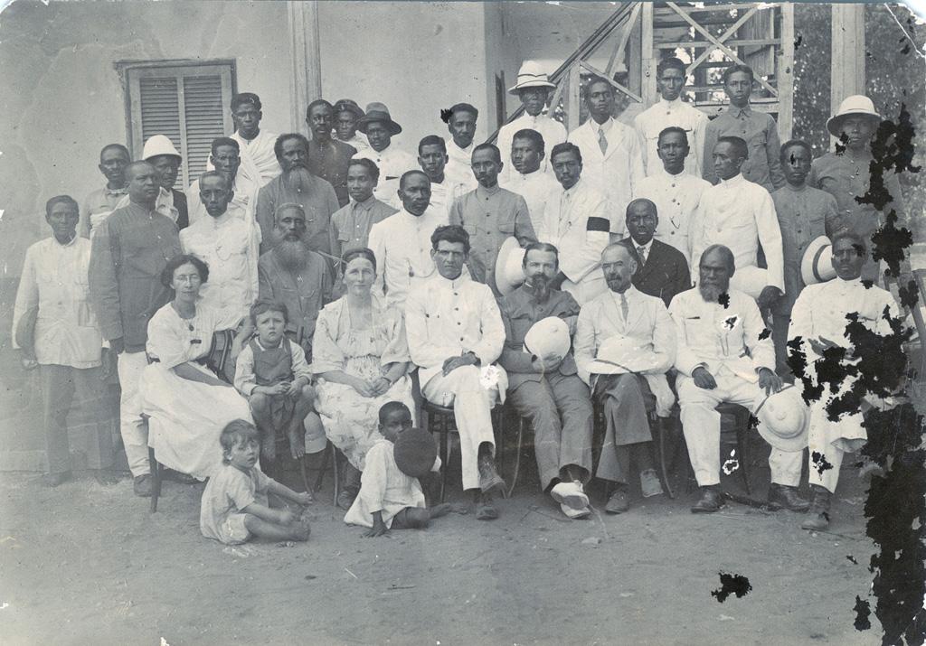 Groupe de missionnaires et d'évangélistes dont Paul Barnaud, Christeller, Ruth Rusillon