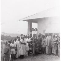 Groupe de personnes devant la mission