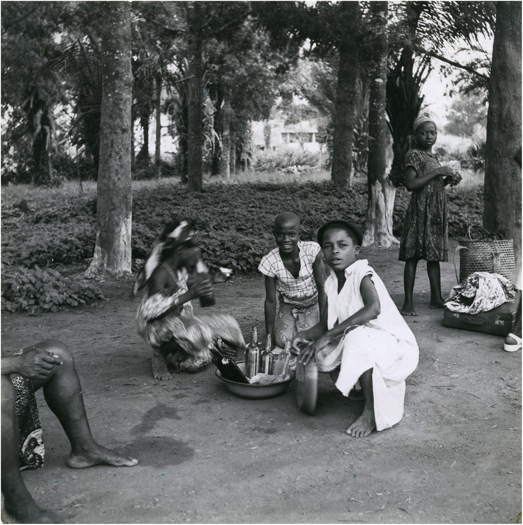 "Groupe de petites vendeuses de ""Ndijiindia"""