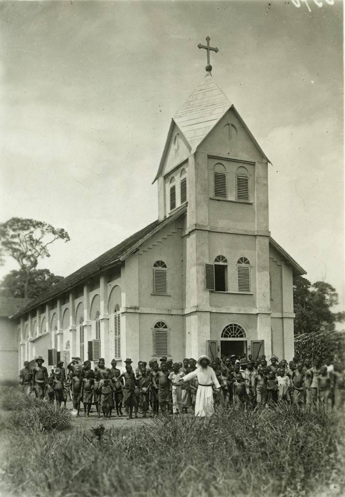 [Groupe devant une église]
