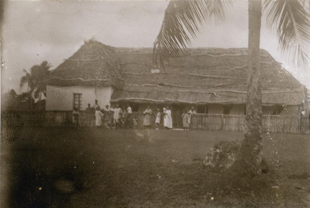 Groupe devant une maison à Havila