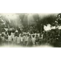 Groupement d'enfants sous les manguiers au moment de la communion